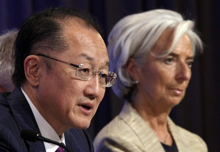 World Bank President Jim Yong Kim (L) speaks next to International Monetary Fund (IMF) Managing Director Christine Lagarde at a news confere