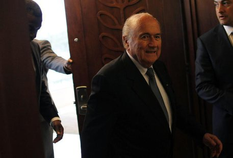 "FIFA President Joseph ""Sepp"" Blatter (C) arrives for a news conference at the CONCACAF congress in Panama City April 19, 2013. REUTERS/Carlo"