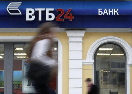 People pass by an office of VTB bank in central Moscow, April 3, 2013. REUTERS/Sergei Karpukhin