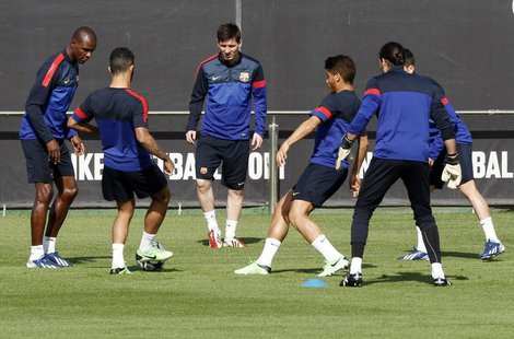 Barcelona's Lionel Messi (C) and teammates attend a training session at Ciutat Esportiva Joan Gamper in Sant Joan Despi, near Barcelona Apri