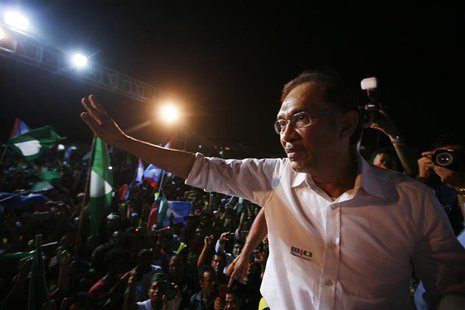 Malaysia's opposition leader Anwar Ibrahim waves to his supporters during an election campaign in Seberang Jaya May 4, 2013. Support for Mal