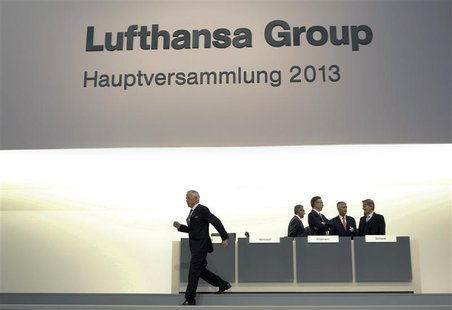 Supervisory board chairmen of German air carrier Lufthansa Juergen Weber (L) arrives for the general meeting in Cologne May 7, 2013. REUTERS