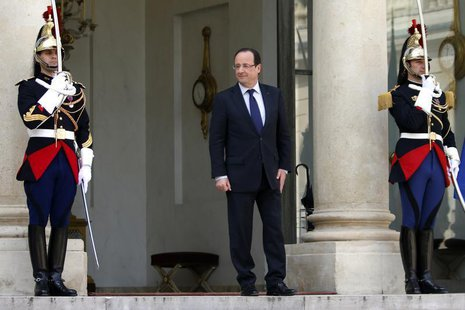 French President Francois Hollande (C) waits for a guest on the steps of the Elysee Palace in Paris May 2, 2013. REUTERS/Charles Platiau