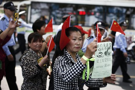 People participate in a protest against a battery factory on a street of Songjiang district, on the outskirts of Shanghai May 11, 2013. REUT
