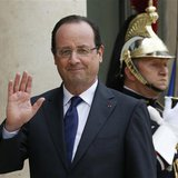 French President Francois Hollande (R) waves goodbye at journalists in the courtyard of the Elysee Palace in Paris May 10, 2013. REUTERS/Gon