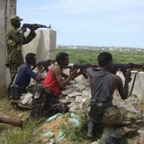 Somali government soldiers clash with Islamist insurgents in the capital Mogadishu, August, 22, 2009. The impoverished Horn of Africa nation has been mired in civil war for 18 years, and the government controls only small pockets of the coastal capital Mogadishu. REUTERS/Stringer (SOMALIA POLITICS CONFLICT)
