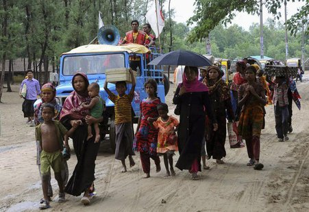 People carry their belongings as they move to a shelter as cyclone Mahasen approaches, in Cox's Bazar May 15, 2013. REUTERS/Stringer