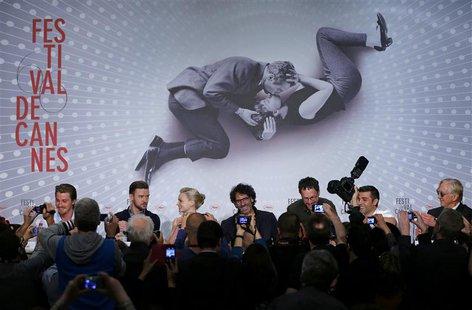 (L-R) Cast members Garrett Hedlund, Justin Timberlake, Carey Mulligan, directors Joel and Ethan Cohen, cast member Oscar Isaac, and musician