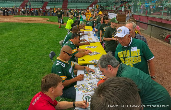 After the Q&A session..the Packers did autographs for fans galore!