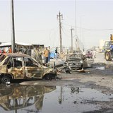 Residents gather at the site of a bomb attack in Basra, 420 km (260 miles) southeast of Baghdad, May 20, 2013. REUTERS/Atef Hassan