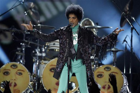 Prince performs during the Billboard Music Awards at the MGM Grand Garden Arena in Las Vegas, Nevada May 19, 2013. REUTERS/Steve Marcus
