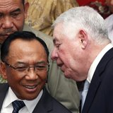 Freeport McMoran Chief Executive Richard Adkerson (R) chats with Indonesian Minister of Energy and Mineral Resources Jero Wacik during a new