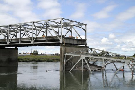 A span of highway bridge sits in the Skagit River May 24, 2013 after collapsing near the town of Mt Vernon, Washington late Thursday. REUTER