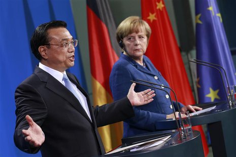 German Chancellor Angela Merkel (R) and Chinese Premier Li Keqiang attend a news conference after talks at the Chancellery in Berlin May 26,
