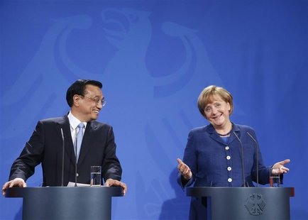 Chinese Premier Li Keqiang and German Chancellor Angela Merkel address a news conference after talks in Berlin May 26, 2013. REUTERS/Tobias