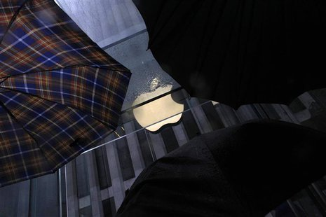 Umbrellas are seen in front of the Apple store on 5th Avenue in New York May 19, 2013. REUTERS/Eric Thayer