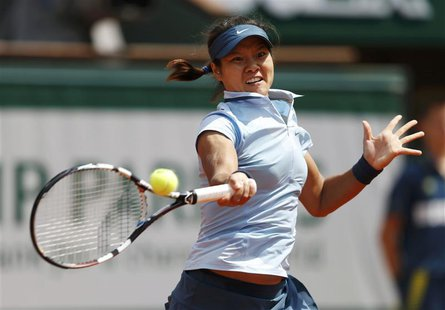 Li Na of China hits a return to Anabel Medina Garrigues of Spain during their women's singles match at the French Open tennis tournament at