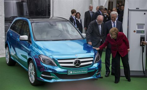 German Chancellor Angela Merkel (R), Transport Minister Peter Ramsauer (R, back) and CEO of German carmaker Daimler Dieter Zetsche look at a