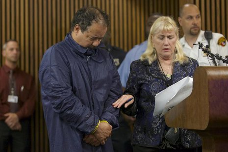 Ariel Castro (L), appears in court with public defender Kathleen DeMetz (R) in Cleveland, Ohio, May 9, 2013. REUTERS/John Gress