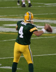 Brett Favre warming up before a game By Paul Cutler [CC-BY-SA-2.0 (http://creativecommons.org/licenses/by-sa/2.0)], via Wikimedia Commons