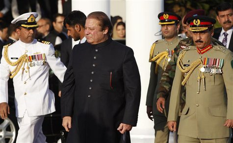 Pakistan's newly elected Prime Minister Nawaz Sharif (C) arrives to inspect the guard of honor during a ceremony at the prime minister's res