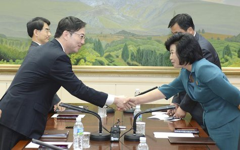 Head of South Korean delegation for an inter-Korean working-level talks, Chun Hae-sung (L) shakes hands with his North Korean counterpart Ki