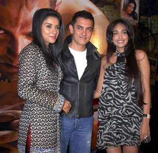 Bollywood actors Asin, Aamir Khan and Jiah Khan (L-R) pose at a party for their movie Ghajini in Mumbai December 30, 2008. REUTERS/Manav Man