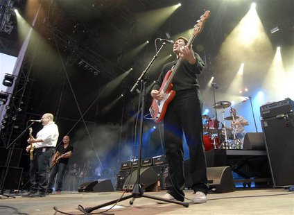 Kim Deal of the U.S. band The Pixies performs during the opening night of the Paleo music festival in Nyon July 18, 2006. REUTERS/Denis Bali