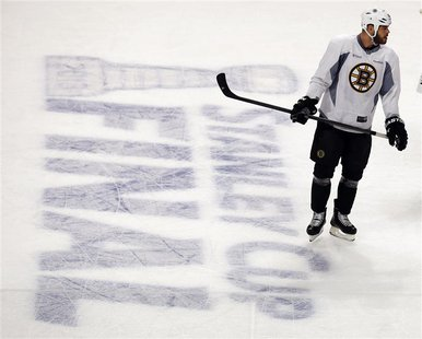 Boston Bruins' Nathan Horton takes part in a practice for the NHL Stanley Cup hockey finals in Chicago, Illinois June 14, 2013. The Bruins w