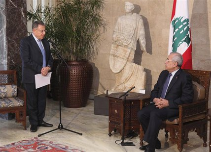 "Lebanon's former Prime Minister Fouad Siniora (L) speaks during a meeting between Lebanon's President Michel Suleiman (R) and members of ""Ma"