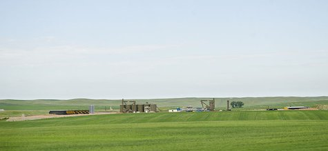A oil pumping rig being erected in McKenzie County west of Watford City, North Dakota. By Tim Evanson [CC-BY-SA-2.0 (http://creativecommons.org/licenses/by-sa/2.0)], via Wikimedia Commons