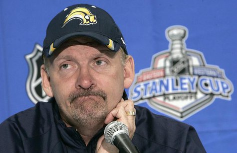 Buffalo Sabres head coach Lindy Ruff talks to the media during a news conference in Buffalo, New York May 11, 2007. REUTERS/Brendan McDermid
