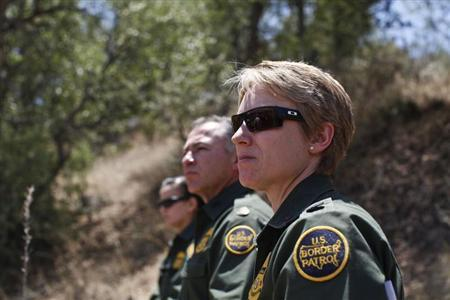 Border Patrol Agents watch their specialized unit, Border Patrol's Search, Trauma, and Rescue (BORSTAR) team as they demonstrate a technical rescue extraction of a patient off the side of a cliff in Pena Blanca Canyon, Arizona May 21, 2013.  REUTERS/Samantha Sais