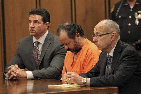 Ariel Castro sits with his head down between his attorneys Jaye Schlachet (R) and Craig Weintraub (L) during his pre-trial hearing on charge