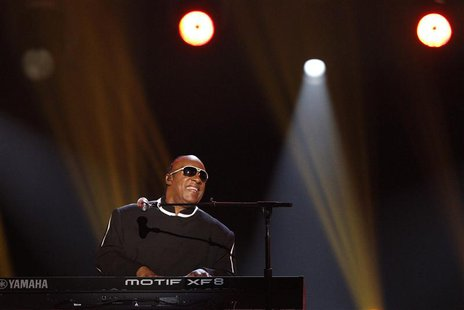 "Stevie Wonder performs ""Sir Duke"" at the 48th ACM Awards in Las Vegas, April 7, 2013. REUTERS/Mario Anzuoni"