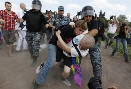 An anti-gay protester (R) clashes with a gay rights activist during a Gay Pride event in St. Petersburg, June 29, 2013. REUTERS/Alexander De