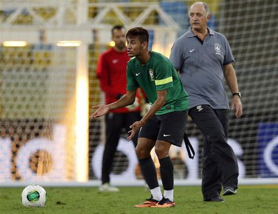 Brazil's Neymar and coach Luiz Felipe Scolari take part in a training session at Maracana stadium in Rio de Janeiro June 29, 2013. Brazil wi