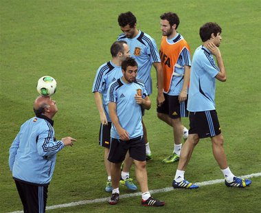 Spain's coach Vicente del Bosque (L) takes part in a training session at Maracana stadium in Rio de Janeiro June 29, 2013. Spain will play a