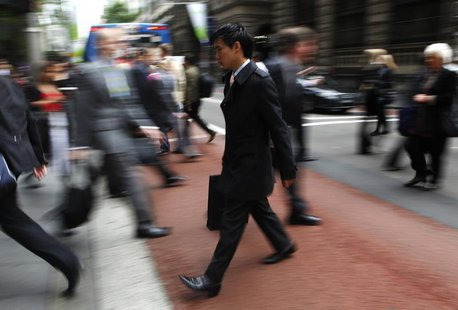 Office workers walk during morning peak hour in central Sydney October 28, 2009. REUTERS/Daniel Munoz