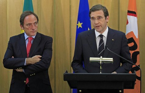 Portuguese Foreign Affairs Minister Paulo Portas (L) listens to Prime Minister Pedro Passos Coelho during a statement to the media in Lisbon
