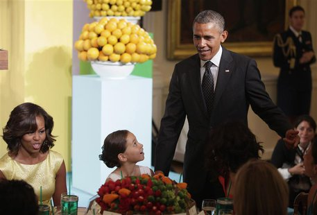 "U.S. President Barack Obama and First Lady Michelle Obama (L) host the second annual ""Kids' State Dinner"", to honor the winners of a nationw"