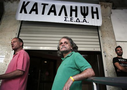 Athens' municipal employees take part in a protest outside the town hall of Athens July 10, 2013. REUTERS/Yorgos Karahalis
