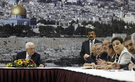 Palestinian President Mahmoud Abbas (L) attends a meeting of the Palestinian leadership in the West Bank city of Ramallah July 18, 2013. REU