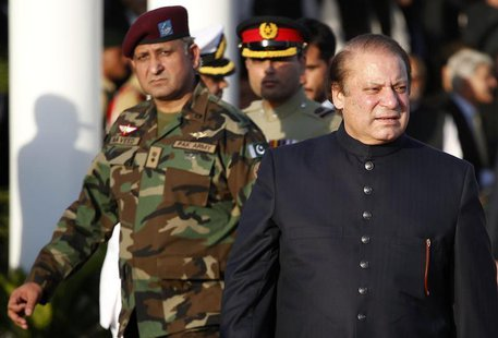Pakistan's newly elected Prime Minister Nawaz Sharif (R) arrives to inspect the guard of honor during a ceremony at the prime minister's res