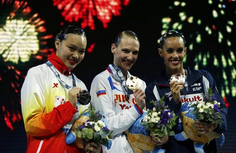 Gold medalist Russia's Svetlana Romashina (C) poses with other medalists at the synchronised swimming solo free final victory ceremony durin