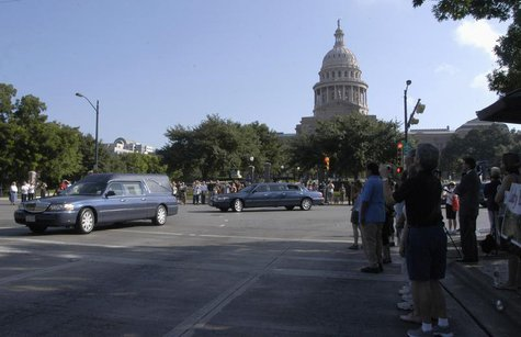 The cortege of former first lady Lady Bird Johnson passes by the State Capitol building in Austin, Texas July 15, 2007. REUTERS/Peter Silva
