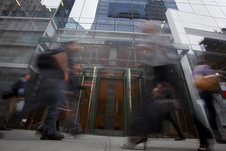 People walk past a building that includes SAC Capital as a tenant in New York, July 25, 2013. REUTERS/Carlo Allegri