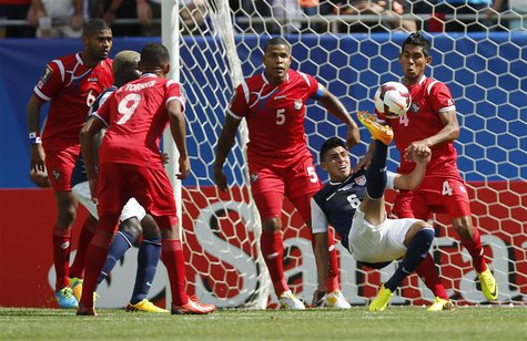 Joe Corona (2nd R) of the U.S. is surrounded by Panama players during the first half of the CONCACAF Gold Cup soccer final in Chicago, Illin