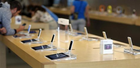 iPhone 5 models are pictured on display at an Apple Store in Pasadena, California July 22, 2013.REUTERS/Mario Anzuoni
