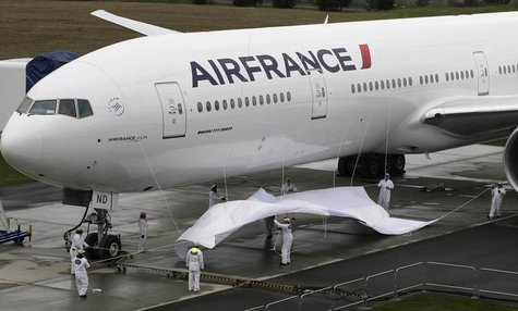 Workers unveil the new Air France logo on a Boeing 777 300-ER in Everett, Washington, April 10, 2009. REUTERS/Marcus R Donner